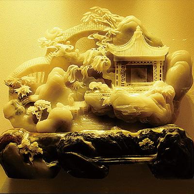 玉雕师所选的题材是各种各样的,民间传说,人物,动物,花鸟树木等自然