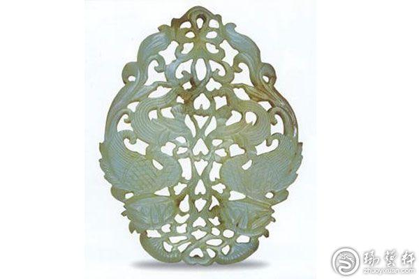唐代的玉器主要通过线条来展示纹饰,注重表达艺术主题。在雕刻纹饰上主要为花卉纹,细节把握精细,花瓣、花蕾、叶子、花颈一应俱全,栩栩如生。人物雕件上在传统人物造型上,首次出现了西域人形象,这种纹路叫意云纹,常见的有人体雕刻、动物等。   就雕刻工艺而言,唐代玉器所有线纹均用铊雕琢而出,刀锋落脚较深,中粗尾细,纹路走向十分明显。常见的人物、花卉图像上,都有外粗框内凹的现象,工艺极其精美。   唐代玉雕图案出现了阴线刻的花朵图案,样式简单明了,富有青春活力的有些特点。在人们日常生活中所使用的玉食器,唐代玉雕