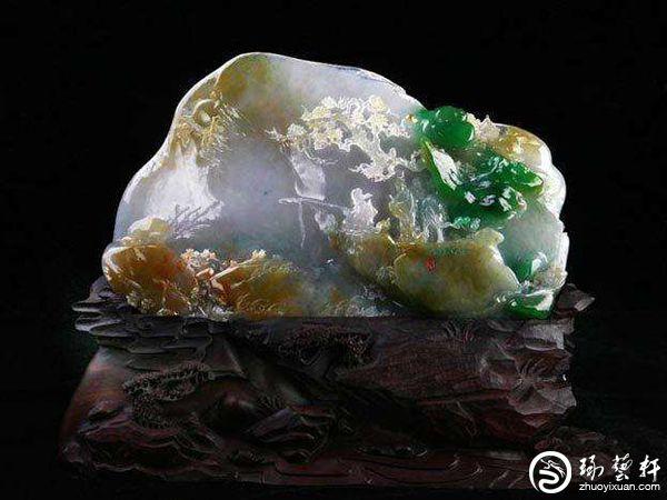 而于翡翠摆件而言,俏色巧雕是翡翠雕刻工艺的一种创造,它需根据