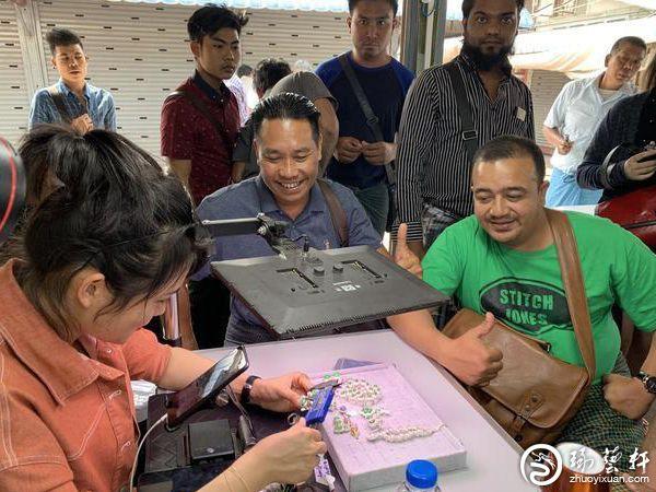 直击缅甸玉石直播销售:中国买手备受欢迎