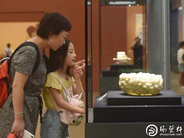 小观众与家长在观看清代白玉云龙纹瓮